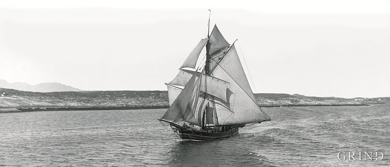 Hardangerjakt for fulle segl på Trøndelagskysten