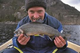 Sportsfiskar Trond Johansen med røye i Skogseidvatnet