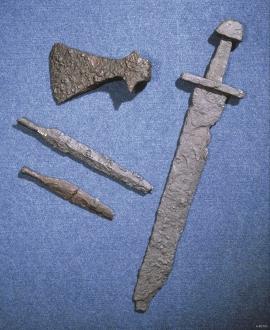 Vikingvåpen frå Fitjar: sverd, øks, spydspissar