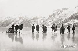Folk og hester på isen