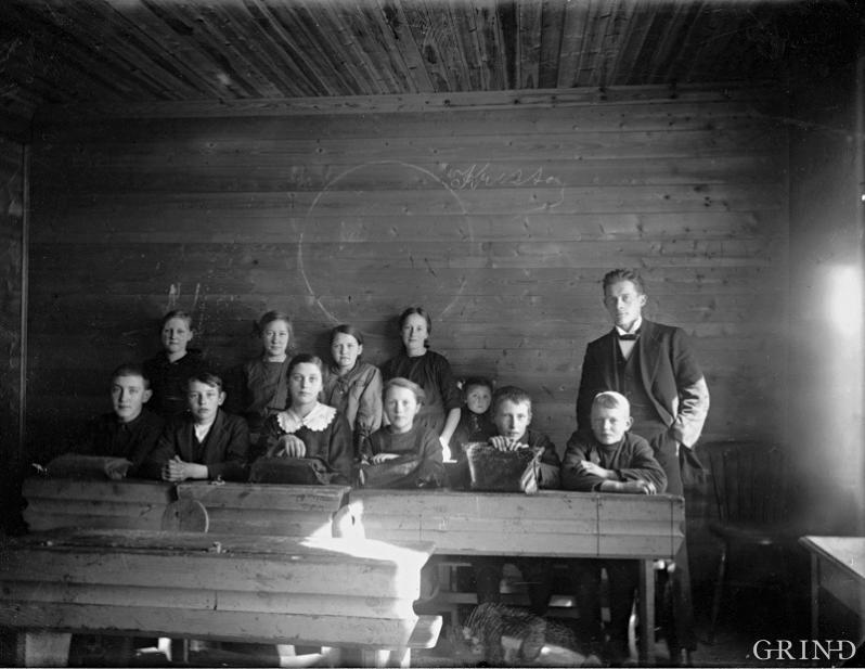 Lærar og elevar i skulestova i Leirvik