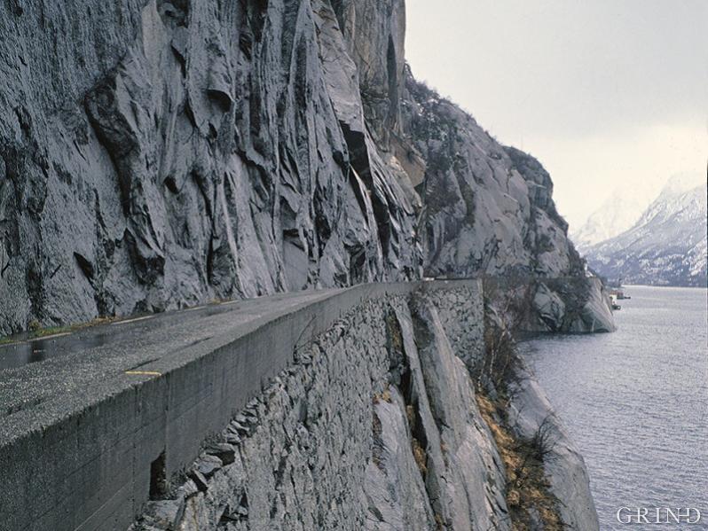 Langs Tyssedalsberget ligg vegen fleire stader på ei smal hylle i fjellet ovanfor fjorden, den breie allfarvegen