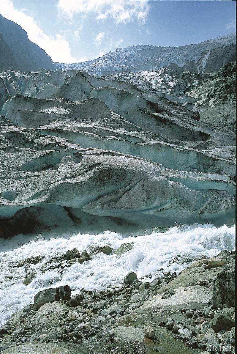 Fra kanten av iskappen fant mer og mer is veien ned gjennom de nye furene i landskapet. Om vann alene er sterkt, så er breen i allianse med vannet enda sterkere. Brefallet i Buardalen, Odda. (Svein Nord)