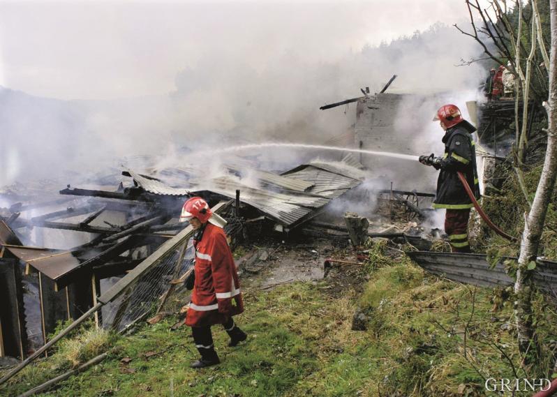 Brann i fjøs på Bontveit i Fana etter lynnedslag i august 2003.
