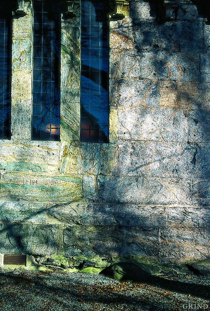 I muren til søndre sideskip ses et skille mellom mørk grå kleberstein fra Lykling og lys grå kleberstein med grønnlige striper fra et annet brudd.